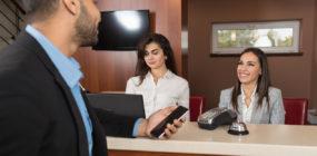 Recepcionista de hotel, la cara humana hotelera.
