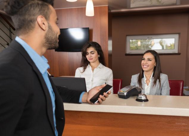 cómo debe ser un recepcionista de hotel