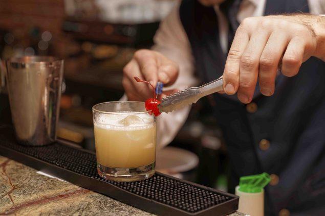 Qué es un barman, ¿Qué es un barman? Diferencias entre barman, bartender, mixólogo y camarero
