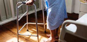 Funciones de un celador: la cara humana de los hospitales