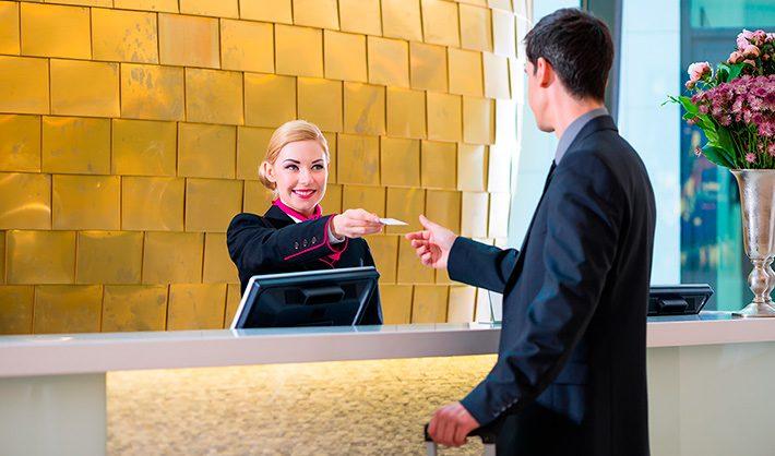 Recepcionista de hotel futuro de la profesión