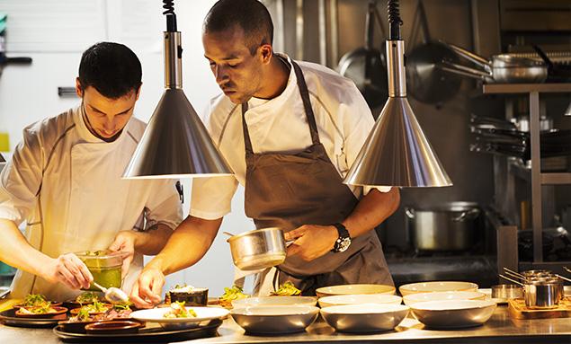 en qué consiste ser chef - trabajar en cocina