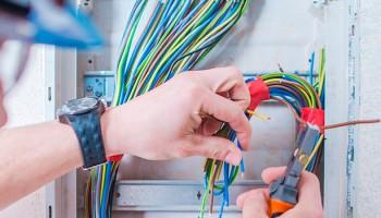 Descubre el salario del oficial de primera electricista