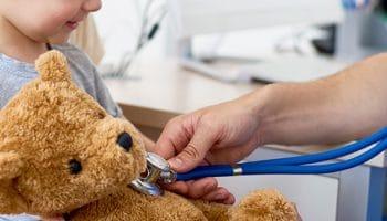 Auxiliar de pediatría a distancia: tus opciones formativas
